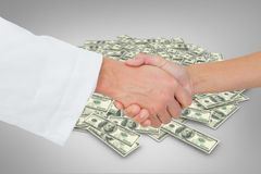 医生和患者的极端特写镜头的综合图象握手的 免版税库存照片