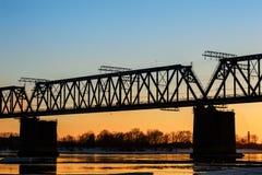 Γέφυρα και εργοτάξιο οικοδομής σιδηροδρόμου στην όχθη ποταμού Στοκ Φωτογραφίες