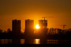 Εργοτάξιο οικοδομής στην όχθη ποταμού Στοκ Εικόνα