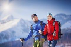 Снаружи пар пешее в природе зимы Стоковые Изображения
