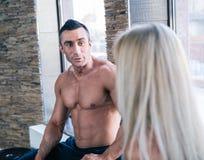 Мышечный человек и женщина говоря на спортзале Стоковые Фото