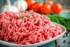 Φρέσκο ακατέργαστο κομματιασμένο βόειο κρέας σε ένα πιάτο κοντά επάνω Στοκ Εικόνες