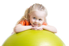 Девушка ребенка делая тренировку фитнеса с шариком Стоковая Фотография RF
