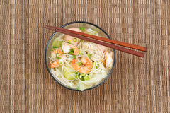 Горячий пряный китайский суп лапши в стеклянном шаре Стоковые Фото