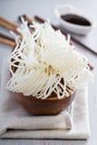 在碗的干未加工的米线 库存照片