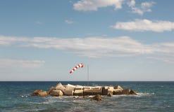 在地中海海岸线的试风旗 阿利坎特,西班牙 库存照片
