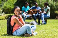 Студент сидя снаружи Стоковые Фото