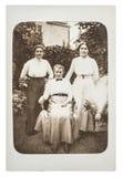 原始的古色古香的照片 穿葡萄酒衣物的三名妇女 免版税库存照片