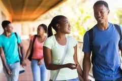 Африканский идти студентов колледжа Стоковые Изображения