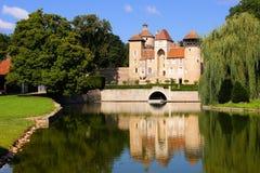 与反射的城堡,伯根地,法国 免版税库存图片