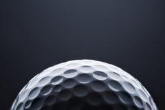 Μακρο σφαίρα γκολφ στο σκούρο μπλε υπόβαθρο, διάστημα για το κείμενο Στοκ Φωτογραφία