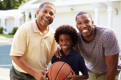 有打篮球的儿子和孙子的祖父 图库摄影