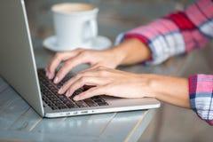 膝上型计算机键入的手 图库摄影