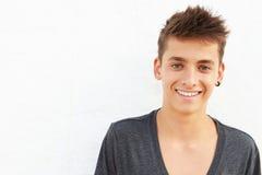 倾斜对墙壁的西班牙十几岁的男孩画象  库存照片