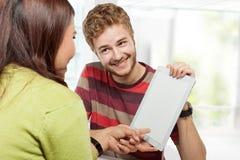一起学习在类开会的两位年轻大学生 免版税图库摄影