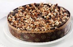在白色板材的整个巧克力蛋糕 免版税库存照片