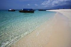 海滩和小船在沙子银行桑给巴尔中 免版税库存照片