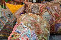 在阿拉伯义卖市场,迪拜,阿拉伯联合酋长国的五颜六色的枕头 免版税库存图片