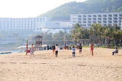 Волейбол пляжа игры детей в южном заливе Стоковое фото RF