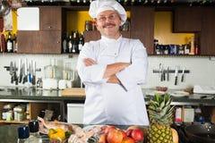 站立在他的厨房里的男性厨师 库存照片