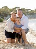 Όμορφοι σύζυγος και σύζυγος οικογενειακών ζευγών που κρατούν λίγη κόρη στην παραλία Στοκ εικόνα με δικαίωμα ελεύθερης χρήσης
