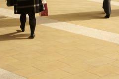 在走道的妇女腿 免版税图库摄影