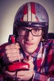 打在减速火箭的控制杆的年轻书呆子电子游戏 免版税图库摄影