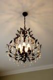 有多个电灯泡的美丽的水晶枝形吊灯 库存照片