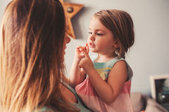 在家使用与母亲的逗人喜爱的小孩女孩 库存图片