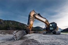 对巨大的橙色机械铁锹挖掘机的看法 免版税库存照片