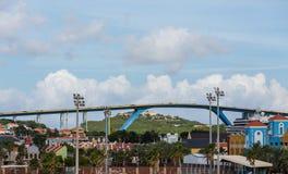 Ογκώδης μπλε και κίτρινη γέφυρα πέρα από το Κουρασάο Στοκ φωτογραφία με δικαίωμα ελεύθερης χρήσης