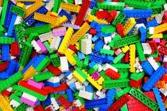 堆杂乱玩具多色乐高大厦砖 免版税库存照片