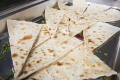 在餐馆自助餐的印地安薄煎饼面包 库存图片
