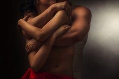 пары любовников в объятии Стоковые Изображения