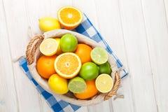 Цитрусовые фрукты в корзине Апельсины, известки и лимоны Стоковое Фото