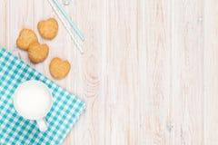 Чашка печений молока и сердца форменных Стоковые Изображения RF