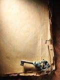 Εκλεκτής ποιότητας κλειδί σε παλαιό χαρτί Στοκ Εικόνες