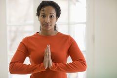 黑色实践的俏丽的女子瑜伽 免版税图库摄影