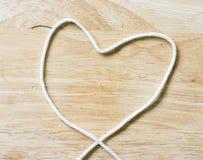 Веревочка сердца на деревянном Стоковое Фото