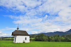 Το αγροτικό παρεκκλησι που στέφεται το γραφικό σταυρό Στοκ εικόνα με δικαίωμα ελεύθερης χρήσης