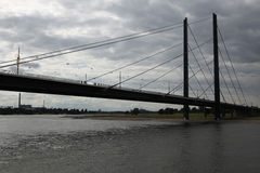 在莱茵河的桥梁在杜塞尔多夫,德国 免版税库存照片