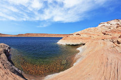 Το μπλε νερό στο βράχο ερήμων Στοκ εικόνες με δικαίωμα ελεύθερης χρήσης
