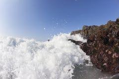 波浪碰撞的岩石 库存照片