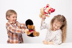 Το αγόρι και το παιχνίδι κοριτσιών Στοκ Φωτογραφίες