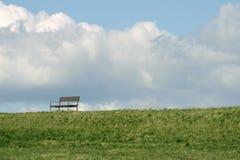 在堤堰的公园长椅 库存照片