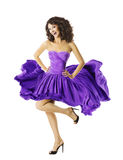 妇女跳舞挥动的礼服,年轻舞蹈家女孩,飞行的紫色裙子 免版税库存照片