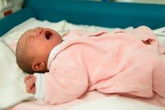 新出生女婴哭泣 免版税库存照片