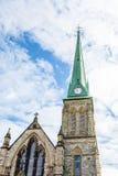 Πράσινο καμπαναριό στην παλαιά πέτρινη εκκλησία Στοκ εικόνα με δικαίωμα ελεύθερης χρήσης