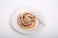 Ρόλος κανέλας στο άσπρους πιάτο και το μετρητή Στοκ φωτογραφίες με δικαίωμα ελεύθερης χρήσης