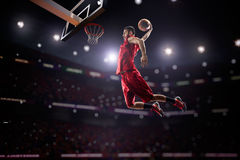 行动的红色蓝球运动员 免版税库存图片